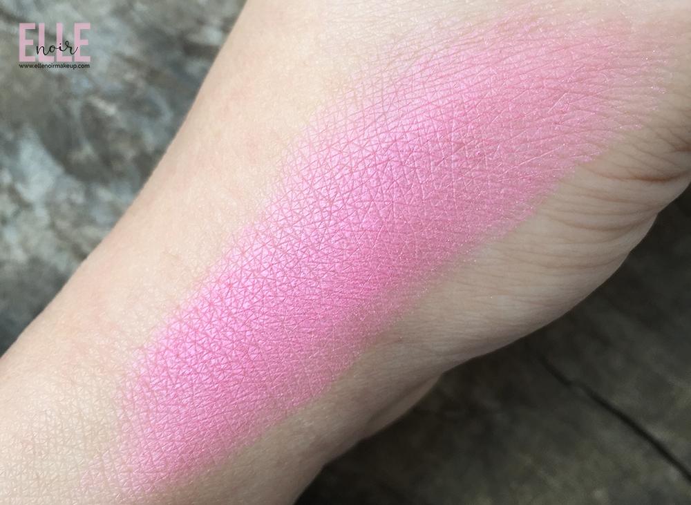 Swatch Nabla Cosmetics, Blossom Blush Refill. Colorazione Daisy.